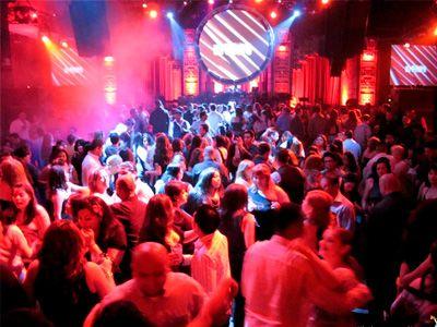 на открытии нового ночного клуба в Лондоне
