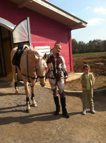 Анастасия Волочкова с дочкой на конной тренировке