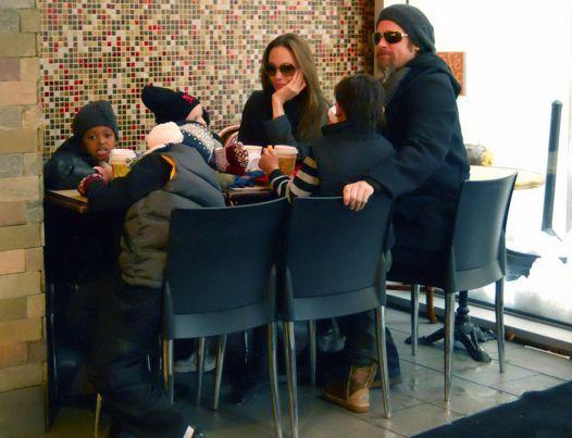 Самая популярная голливудская семья за обедом