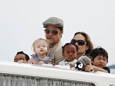Анджелина Джоли с гражданским мужем и детьми