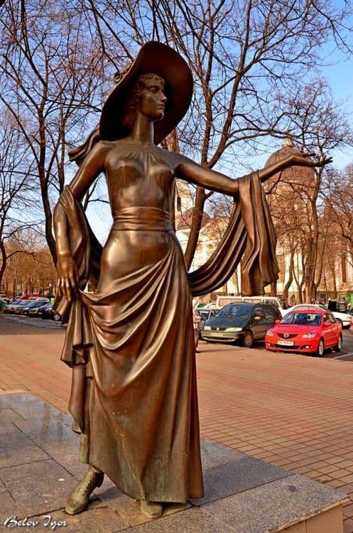 Памятник Вере Холодной в Одессе