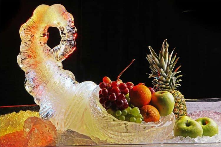 Ледяная скульптура с фруктами