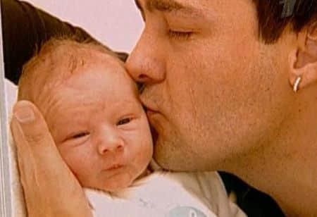 Певец с новорожденной дочерью