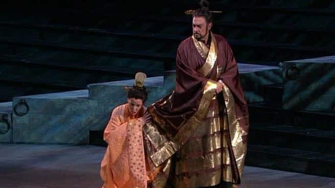 Сара Кобурн во время оперного спектакля