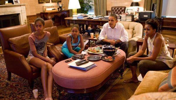 Барак Обама с семьей смотрит футбол