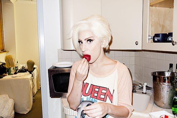 Гага ест клубнику