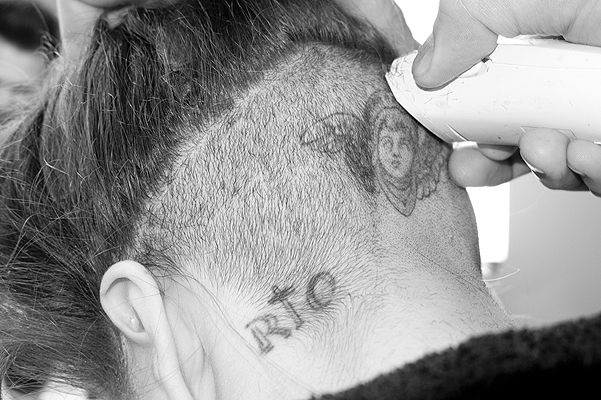 Гага бреет голову