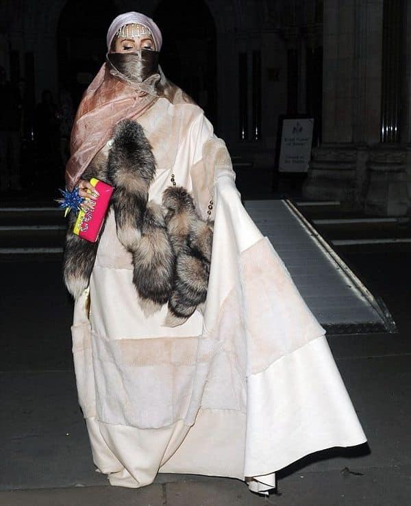 Любительница шокировать публику - Леди Гага в парандже