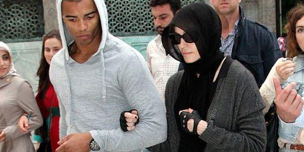 Мадонна и Брахим Зайбат во время посещения мечети