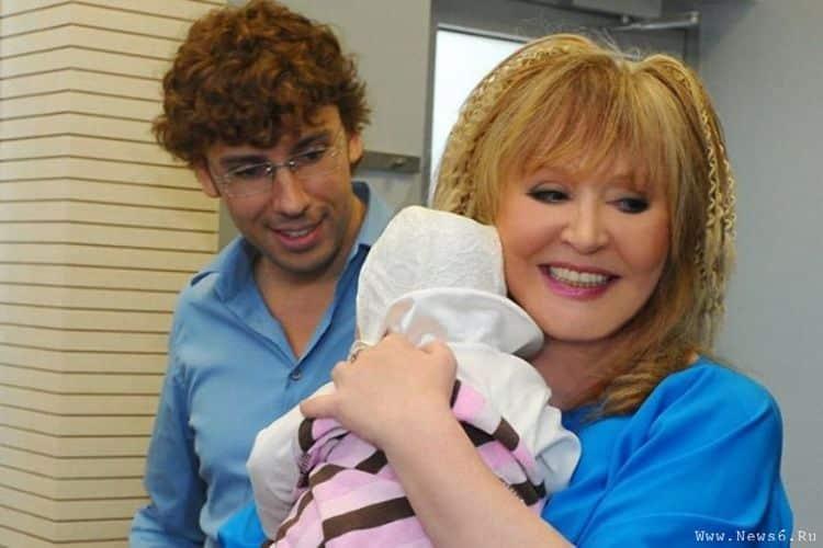 Алла Пугачева и Максим Галкин с новорожденной дочкой