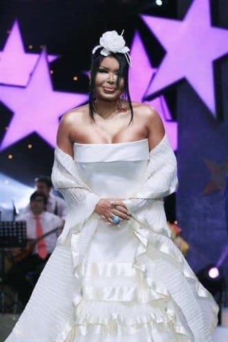 Дива Бюлент Эрсой любит шокировать зрителей и часто появляется в свадебных платьях