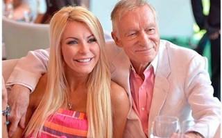 Владелец журнала Playboy Хью Хефнер с молодой женой на прогулке в Диснейленде