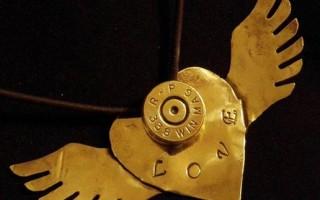 Звезда R&B носит украшения сделанные из… боеприпасов