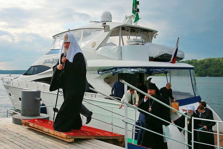 Патриарх Кирилл на яхте с девушками фото