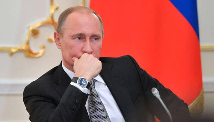 Почему Путин носит часы на правой руке фото